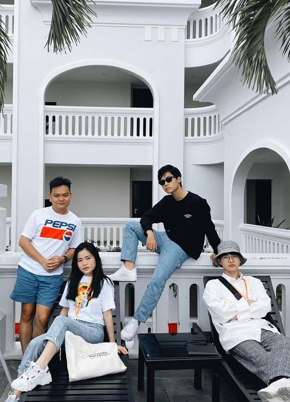 Trịnh Tú Trung (trái) chụp hình cùng các bạn học kém tuổi.