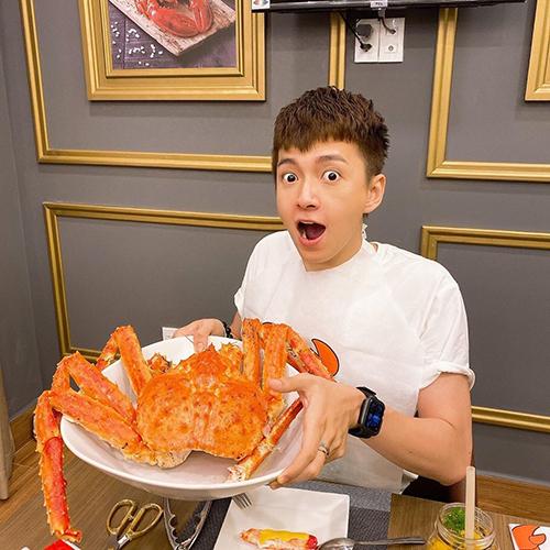 Ngô Kiến Huy hào hứng khi thưởng thức món cua tươi ngon, siêu to khổng lồ.