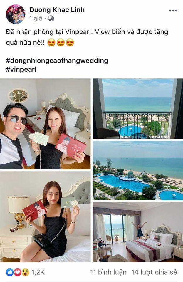 Vợ chồng Dương Khắc Linh- Sara Lưu hồ hởi nhận món quà đặc biệt.