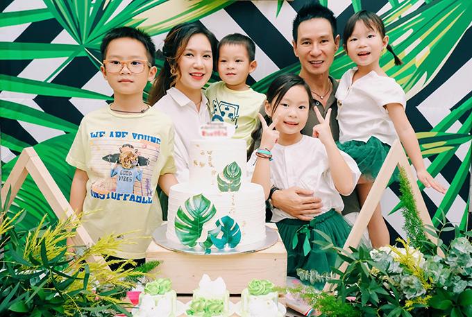Vợ chồng Lý Hải - Minh Hà bên 4 con.