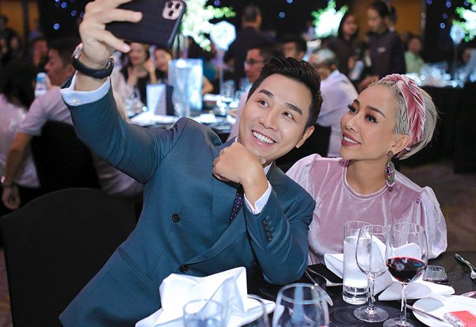 Ca sĩ Thảo Trang mặc ton-sur-ton tím nhạt đi tiệc. Cô chụp ảnh selfie cùng chàng MC.