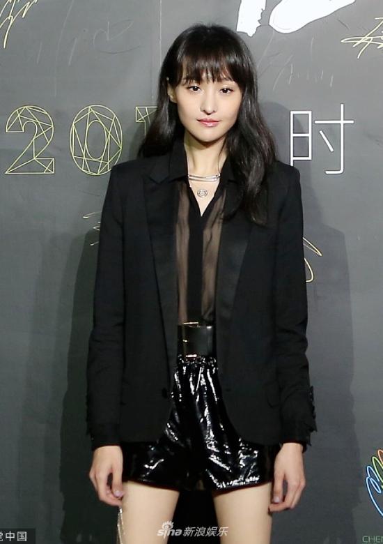 Cùng xuất hiện tại sự kiện còn có diễn viên Trịnh Sảng. Điều trùng hợp là cô và Cổ Lực Na Trát đều từng yêu tài tử Trương Hàn. Tại sự kiện, hai người không có tương tác.