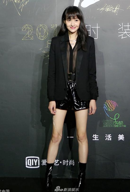 Trịnh Sảng diện đồ của thương hiệu Saint Laurent, cô hiếm khi cười, trông sắc mặt rất lạnh lùng.