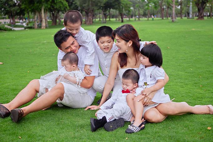 Oanh Yến và ông xã đưa các con đi chơi trong một ngày thời tiết mát mẻ, dễ chịu.