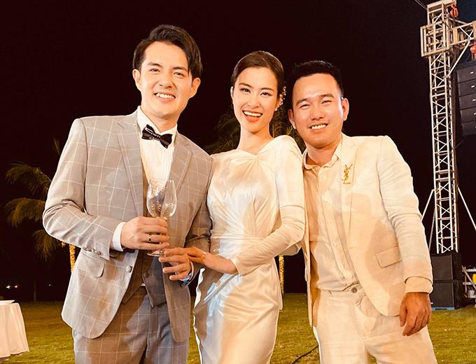 Tối 9/11, Đông Nhi - Ông Cao Thắng đã nên vợ nên chồng tại đảo ngọc Phú Quốc. Sau khi thực hiện các nghi lễ cưới, cô dâu Đông Nhi thay sang váy chào bàn, váy after party đều đến từ NTK Lê Thanh Hòa (bìa phải).