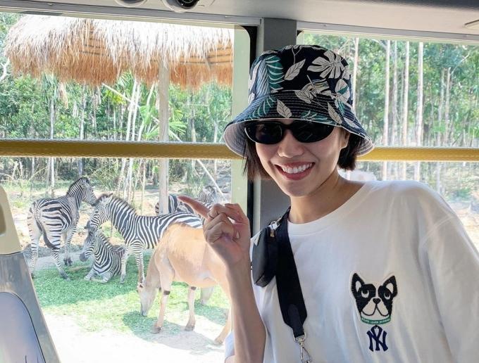 Diệu Nhi đi xe chuyên dụng tham quan khu Safari.