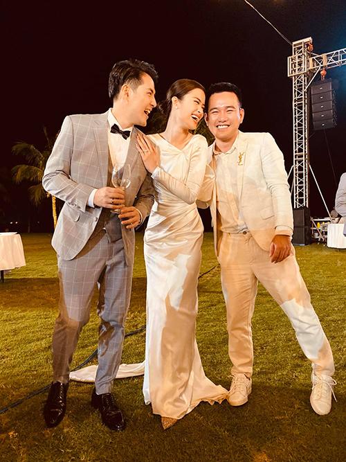 Mẫu váy tối giản theo phong cách thập niên 1960 được Lê Thanh Hòa thực hiện dựa theo sở thích của Đông Nhi về một váy cưới đơn giản, tôn dáng, thuận tiện cho việc di chuyển.