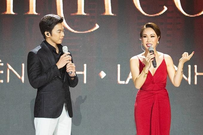 Liveshow Chẳng phải tình cờ của Uyên Linh và Lân Nhã đã nhem nhóm từ khi cả hai tham giaVietnam Idol 2010. Đâylà một dịp họcùng nhau vừa ôn lại kỷ niệm, vừahát những ca khúcmà bản thân và khán giả yêu thích.