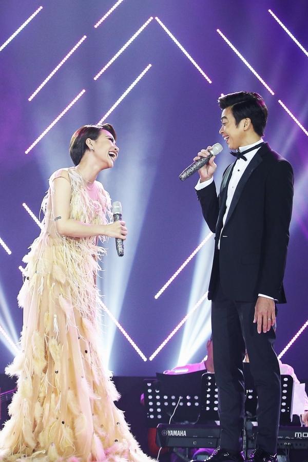 Uyên Linh bắt đầu với Người hát tình ca, sau đó hòa giọng cùng Lân Nhã trong Độc bước - vốn là những ca khúc gắn liềntên tuổicả haithời kỳ đầu đi hát.