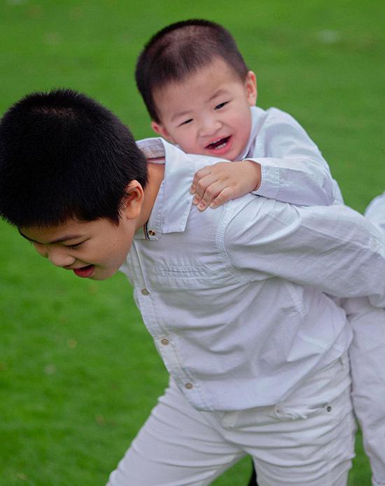 Con đầu của Oanh Yến - bé Henry năm nay 7 tuổi. Cậu nhóc tỏ ra chững chạc, biết giúp mẹ trông nom, chăm sóc các em.