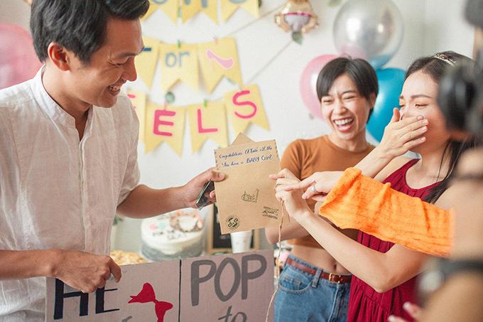 Sau khi mọi người đã đưa ra dự đoán, Quang Tuấn mới công bố kết quả giới tính của em bé. Đôi vợ chồng sẽ có con gái vào tháng 3 năm sau.