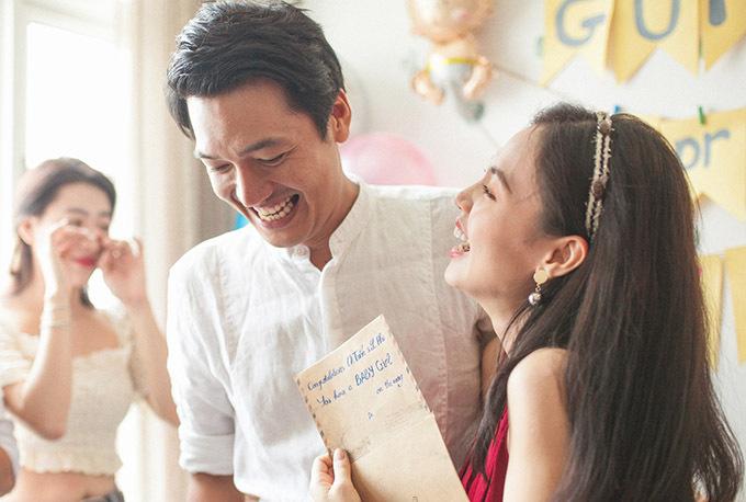 Vợ chồng Quang Tuấn rạng ngời hạnh phúc còn bạn bè thì xúc động, mừng cho cặp đôi đã toại nguyện có công chúa đầu lòng.