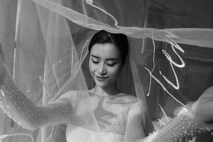 Trong nhữngtấm hình hậu trường ở đám cưới Đông Nhi - Ông Cao Thắng, một chi tiết đặc biệt đã được tiết lộ rõ nét. Đó là tấm voan cưới.