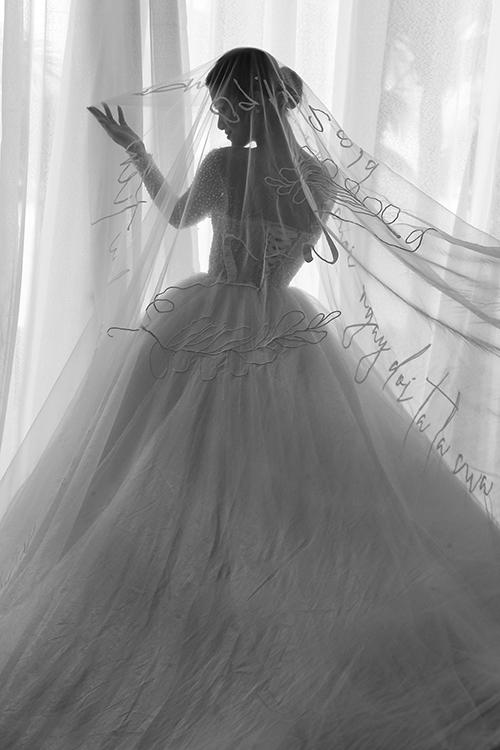 NTK Chung Thanh Phong cho biết bên cạnh việc sáng tạo 2 thiết kế váy cưới trong mơ cho Đông Nhi, anh đã dành nhiều tâm huyết cho phụ kiện cưới của cô dâu - tấm voan.