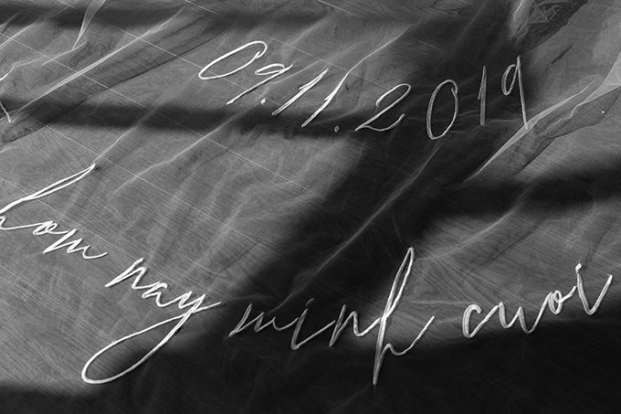 Điểm nhấn đặc sắc của tấm voan không chỉ nằm ở chiều dài mà còn ở chi tiết thêu độc đáo. Nhà mốt gốc Đà Nẵng chia sẻ trên voan cưới là 10 chi tiết gắn với chặng đường yêu nhau 10 năm của Đông Nhi – Ông Cao Thắng, gồm tên các bài hát mà cả hai song ca như: Như ngày đầu tiên, I wanna be your love, Nắm tay anh nhé, Ta là của nhau, Hôm nay mình cưới, Ngày đôi ta là của nhau, Yêu là cưới. Tiếp đó là ngày sinh của chú rể 13/01, ngày sinh của cô dâu 13/10, ngày chính thức quen nhau 01/03 và ngày kết hôn 9/11.