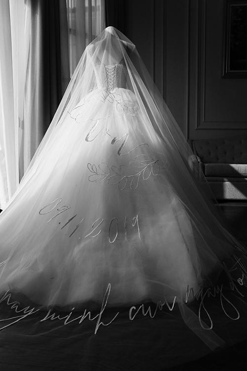 NTK Chung Thanh Phong áp dụng kỹ thuật thêu tay tinh xảo, giúp cô dâu có được vẻ lôi cuốn ở mọi khung hình. Tính từ lúc chuẩn bị đến khi hoàn thành bộ trang phục cưới chính, phụ kiện cưới chỉn chu, Chung Thanh Phong đã mất tới hơn 6 tháng.