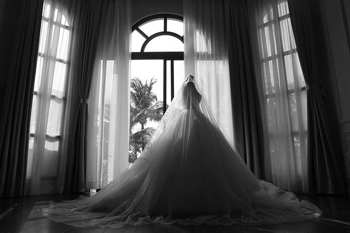 Bộ váy cưới chính đính Swarovski sau khi được phủ voan.
