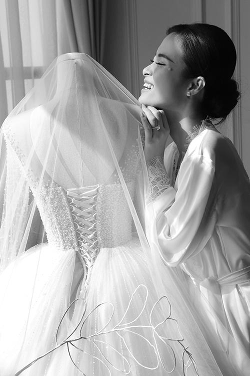 Phụ kiện này có độ dài 5 m, được khai thác từ chất liệu voan mỏng đặc biệt, giúp từng nhịp di chuyển của cô dâu trở nên thướt tha, yêu kiều.