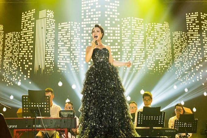 Nữ ca sĩ khoe giọng hát đầy nội lực qua các ca khúc: Chờ người nơi ấy, Sao chẳng về với em...