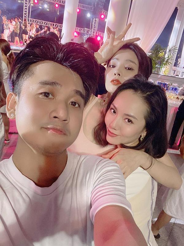 Lệ Quyên cùng nhà văn Hà Thanh Phúc và ca sĩ Phương Linh tại pool party sau phần tiệc chính.