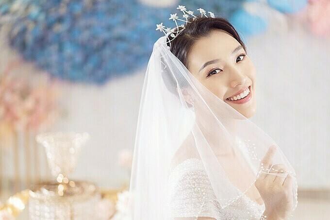 Á hậu Hoàng Oanh trong một lần chụp ảnh với váy cưới.