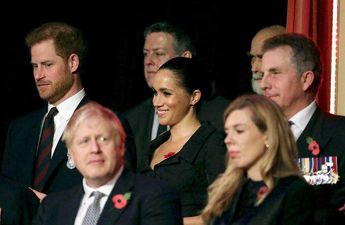 Trước đó, trong bộ phim tài liệu của ITV phát sóng tối 20/10, ghi lại hành trình trong 10 ngày công du châu Phi, Meghan từng thừa nhận không ổn và phải vật lộn với cuộc sống ở hoàng gia. Cô kết hôn với Hoàng tử Harry từ tháng 5/2018, sinh con trai đầu lòng hồi tháng 5. Nhà Sussex dự kiến tạm dừng các nhiệm vụ hoàng gia từ giữa tháng 11 đến hết năm. Gia đình ba người sẽ bay sang Mỹ để dự lễ Tạ ơn với mẹ của Meghan, sau đó trở lại Anh để có mặt tại tiệc Giáng sinh hàng năm theo truyền thống của Nữ hoàng ở tư dinh Sandringham.