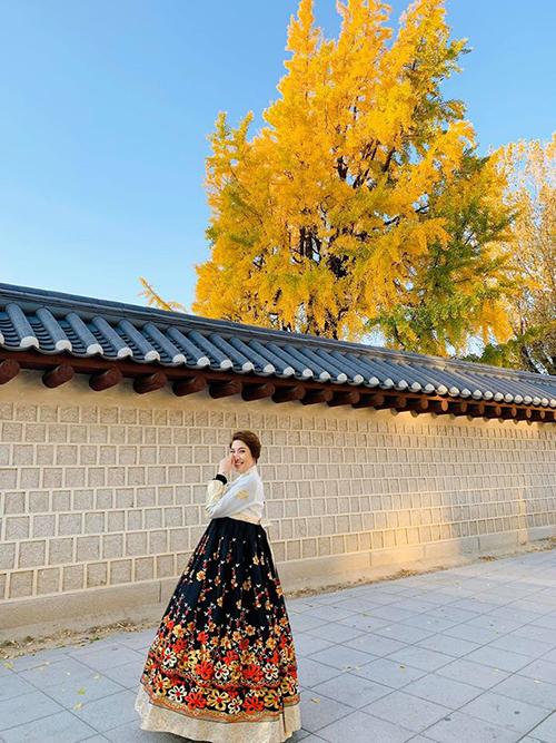 Pha Lê hào hứng diện trang phục truyền thống của Hàn Quốc.
