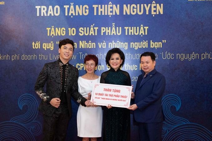 Ca sĩ Lê Việt Anh bên danh ca Giao Linh (áo dài đen) và chị Trần Mai Anh (váy trắng).