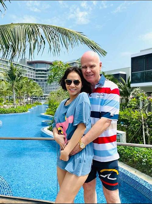 Tham dự lễ cưới của Đông Nhi - Ông Cao Thắng ở Phú Quốc, Thu Minh cùng chồng Tây kết hợp chuyến du lịch nghỉ dưỡng để hâm nóng tình cảm.