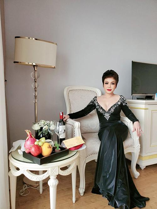 Nghệ sĩ hài Việt Hương hóa quý cô sang chảnh khi đi dự đám cưới của Đông Nhi - Ông Cao Thắng.