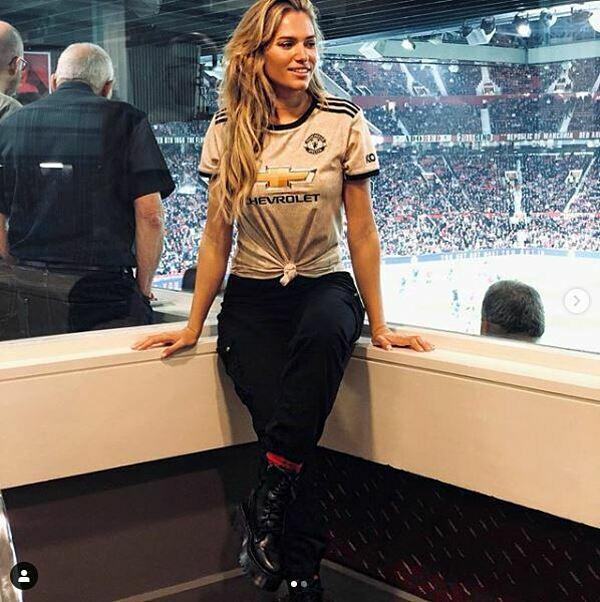 Cô cũng có chung tình yêu với CLB Man United, giống với bạn trai nổi tiếng.