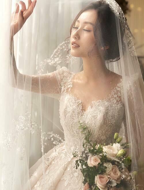 Kim Thủy chọn NTK Phương Linh để chọn mặt gửi vàng bởi sự tương đồng giữa sở thích của cô và gu thiết kế của bà tiên váy cưới đến từ Hà Nội này. Tất cả các lần thảo luận, làm việc giữa cả hai đều diễn ra qua mạng bởi khoảng cách địa lý.