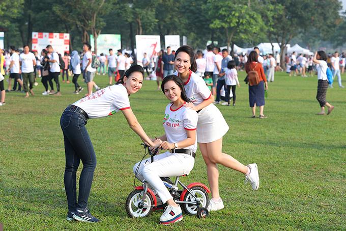 Sau khi hoàn thành đường chạy của mình, Lương Nguyệt Anh và bạn bè nô đùa như trẻ thơ khi cùng nhau đi xe đạp, chơi dung dăng dung dẻ...