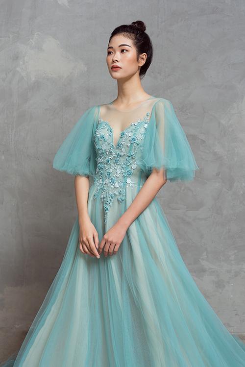 Với váy cưới dành để chào bàn, Thịnh Nguyễn sử dụng tông xanh pastel, giúp nàng dâu có thêm sự lựa chọn cho dịp hỷ sự.