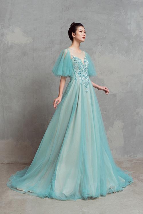 Bộ cánh hướng đến tôn vẻ nữ tính, yêu kiều của cô dâu với thiết kế tay phồng, chân váy xòe nhẹ. Thân áo được điểm các loại hạt lấp lánh đồng màu vải váy, giúp thu hút ánh nhìn người đối diện.