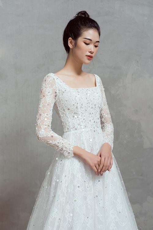 Thịnh Nguyễn không đặt nặng về sự phá cách ở bộ sưu tập váy cưới lần này. Anh chọn lựa các phom dáng váy cưới cơ bản và thổi sự mới lạ vào thiết kế nhờ kỹ thuật cắt may hiện đại, chất liệu vải cao cấp.