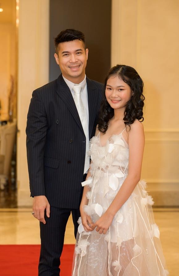 Trương Thế Vinh chụp cùng mẫu teen Hà Thiên Trang - học viên nhỏ tuổi nhất (12 tuổi) của chương trình.