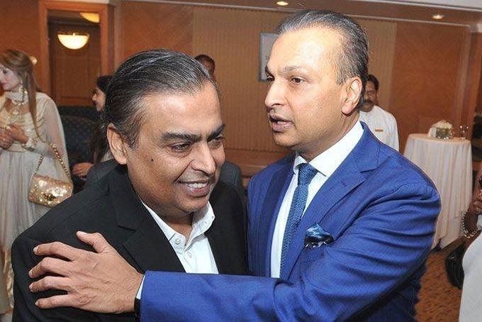 Hình ảnh thân mật hiếm hoi của anh em Mukesh và Anil Ambani hồi tháng 3 sau gần 20 năm từ mặt. Ảnh: Indian Times.