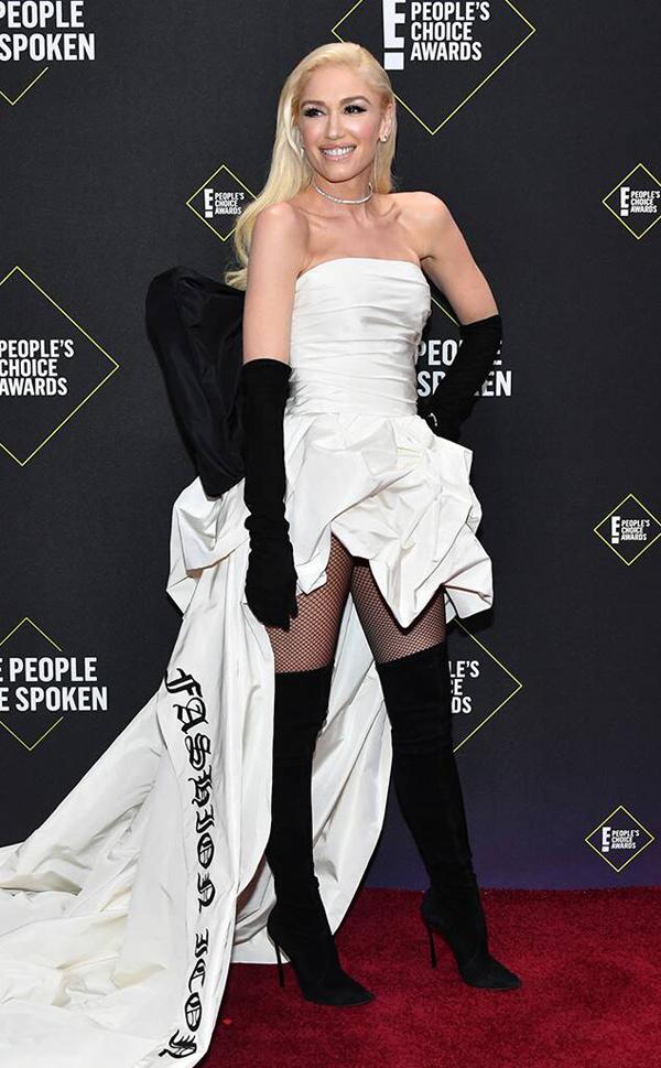 Huấn luyện viên The Voice Mỹ, ca sĩ Gwen Stefani, diện dầm Vera Wang kiểu cách.