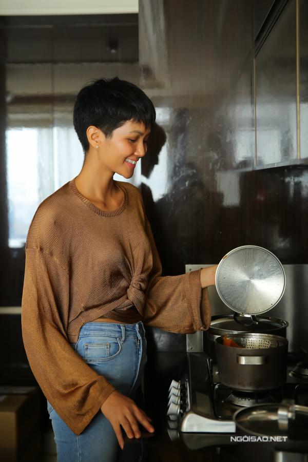 Cuộc sống giản dị trong căn hộ phần thưởng của HHen Niê.