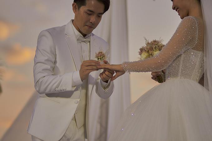 Cặp nhẫn cưới thiêng liêng ghi dấu ấn tình yêu, Đông Nhi – Ông Cao Thắng quyết định khắc tên mình kèm hình trái tim đính kim cương mặt trong lòng nhẫn như lời nhắn gửi đặc biệt của cả hai dành cho nhau: Tình yêu sẽ luôn bền vững nếu đặt niềm tin vào nhau.