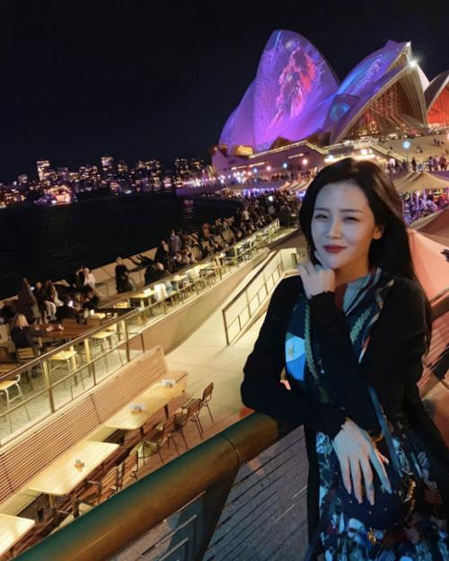 Đang sinh sống ở Australia, tất nhiên, người đẹp
