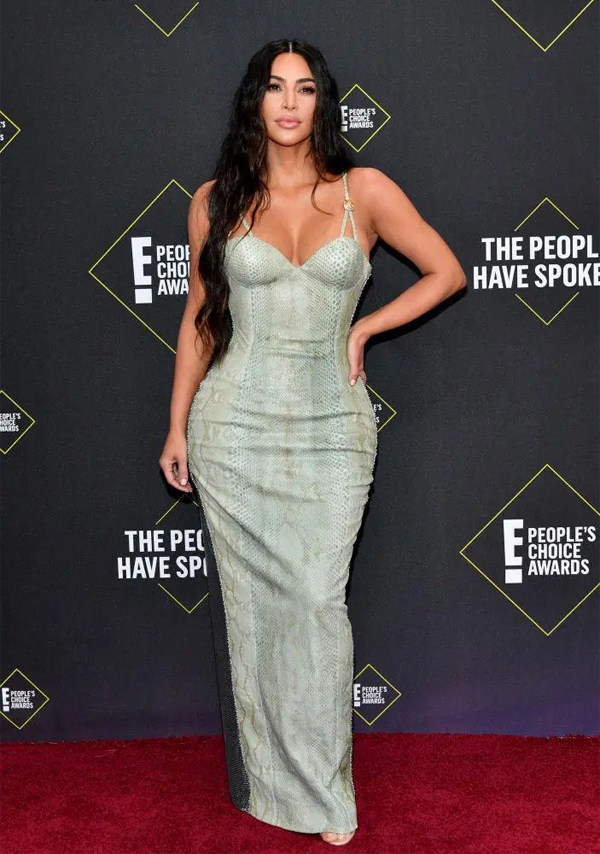 Kim Kardashian mặc váy ôm sát khoe thân hình đồng hồ cát.