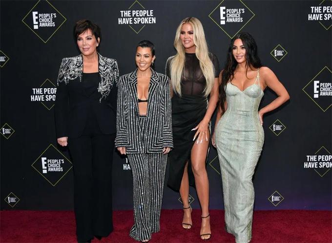 Kim tới lễ trao giải Peoples Choice Awards cùng mẹ (ngoài cùng bên trái) và các chị em gái. Show truyền hình Keeping up with the Kardashians của gia đình cô nhận được một đề cử tại giải thưởng năm nay.