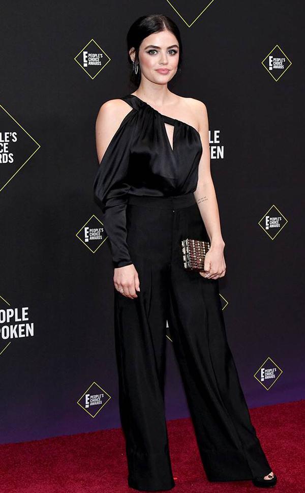Lucy Hale - ngôi sao bộ phim truyền hình ăn khách Pretty Little Liars - lựa chọn jumpsuit của nhà thiết kế Công Trí tới sự kiện này. Bộ đồ đơn giản mà tinh tế khoe bờ vai trần nuột nà của nữ diễn viên 30 tuổi.