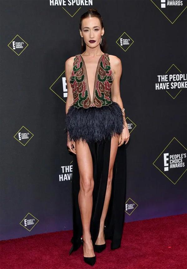 Maggie Q gây ấn tượng với bộ đầm kết hợp chất liệu nhung và lông vũ, khoe trọn đôi chân dài. Ngôi sao 40 tuổi giữ dáng thanh mảnh và trẻ trung nhiều năm nay với việc ăn chay trường.