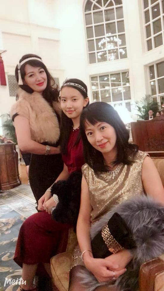 Trần Thiếu Hà bên bạn bè. Trước khi đến với ông chồng hiện tại, Trần Thiếu Hà từng kết hôn với một doanh nhân rất giàu có người Australia gốc Hoa và sinh cho vị này hai con gái. Sau đám cưới vào năm 2000, cô gần như chia xa màn ảnh nhỏ để tập trung vào việc chăm chút tổ ấm. Tuy nhiên hôn nhân của người đẹp vài năm sau đó bắt đầu rạn nứt, và tới 30 tuổi, diễn viên Hong Kong đâm đơn ly dị. Sau khi chia tay chồng, do mâu thuẫn, cô chỉ được trợ cấp một khoản ít ỏi nuôi con (4.000 HKD mỗi tháng), cuộc sống vô cùng chật vật. Tờ Ifeng từng đưa tin, do kinh tế không ổn định, Trần Thiếu Hà có lần phải xin trợ giúp từ trung tâm phúc lợi xã hội Hong Kong. Năm 2007, cô quay trở lại làng giải trí để kiếm thêm thu nhập. Nhiều tờ báo Hong Kong đưa tin, việc lấy ông Lý Văn Huy thực sự đã khiến Thiếu Hà thay đổi cuộc đời.