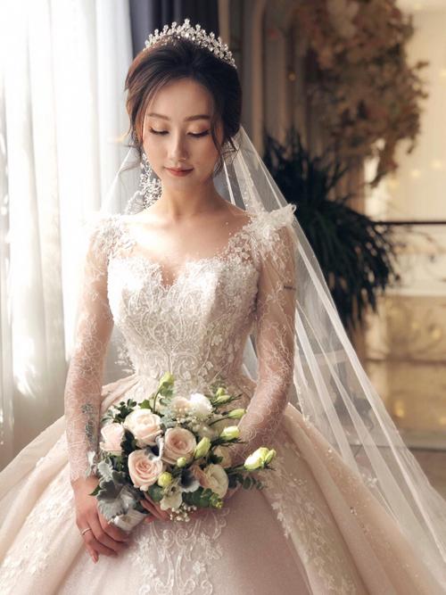 Yêu thời trang và định hướng phong cách nữ tính cho bản thân, Kim Thủy (sống tại Melbourne, Australia) đã hình dung trong đầu về chiếc váy cưới trong mơ của mình một cách rõ ràng. Cô dâu 9X muốn bộ lễ phúc mangvẻ đẹp hiện đại pha chút cổ điển, kín đáo mà vẫn cuốn hút.