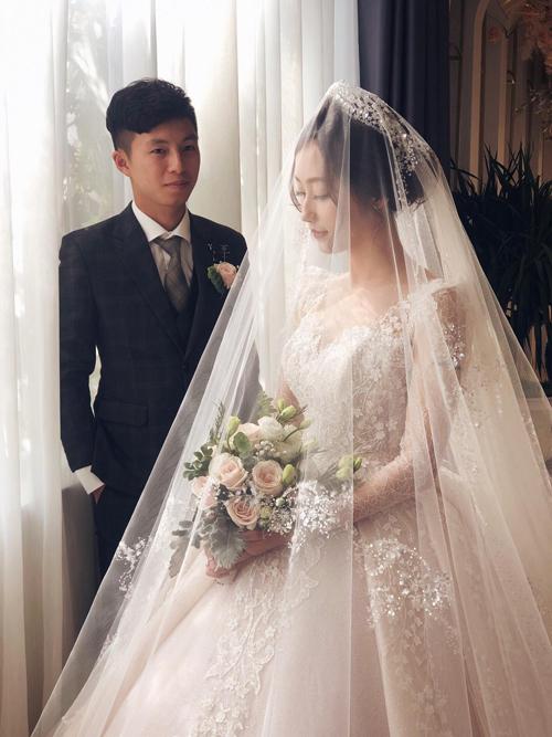 Váy cướicủa Kim Thủy được lấy cảm hứng từ chiếc váy đại diện cho thời trang cao cấp, chỉ dành cho giới quý tộc và thượng lưu phương Tây những năm 60 thế kỷ 19, nhưng áp dụng kỹ thuật dựng phom, tạo độ phồng hiện đại để cô dâu luôn cảm thấy thoải mái khi mặc.