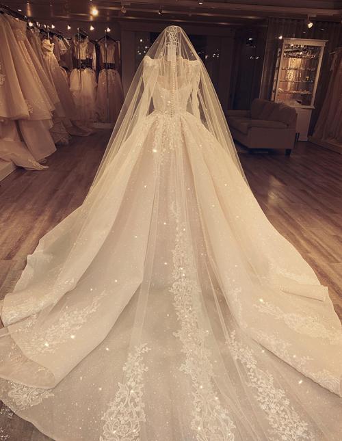 Việc gấp nếp vải giúp chophần sau lưng của chiếc váy có độphồng tự nhiên và tạo dáng như những cánh hoa đan xen nhau.